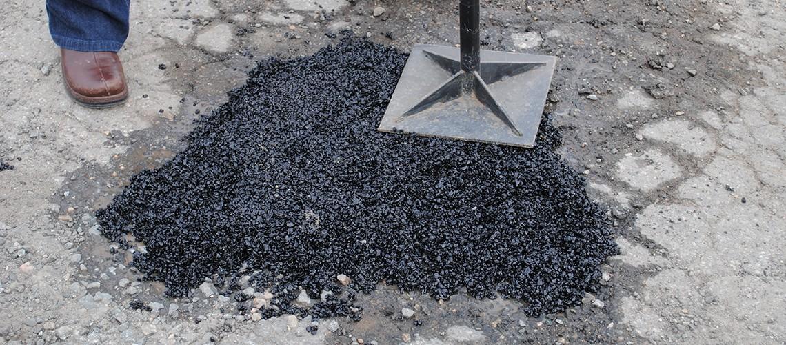 Bê tông nhựa nguội kháng nước - giải pháp thi công vá đường trời mưa